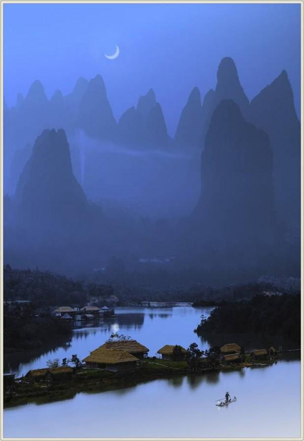 Brume matinale sur un paysage surréaliste en Chine