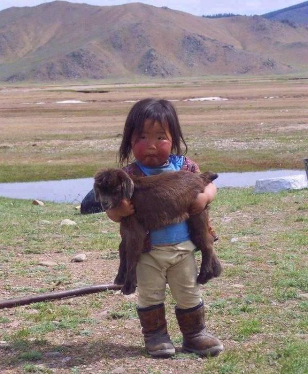 Fillette de Mongolie et sa... peluche