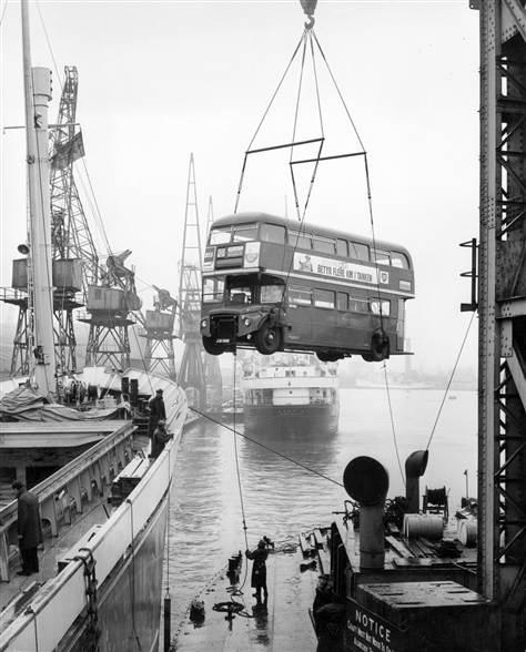 Scène étrange d'un bus londonien embarquant sur un cargo...