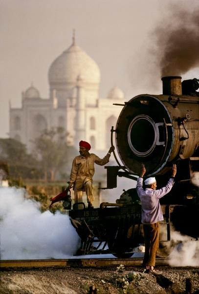Train à vapeur devant le Taj Mahal en Inde