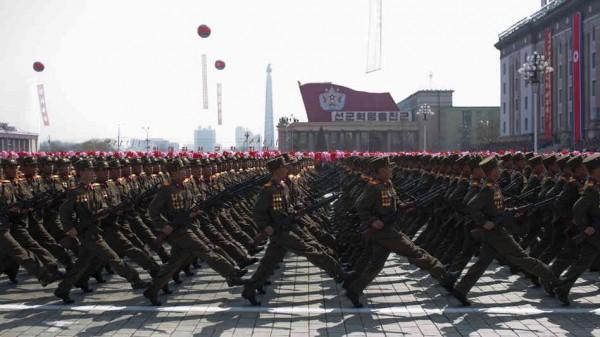 Parade militaire dans Pyongyang