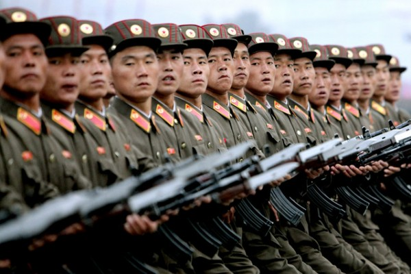 l'armee célébre les 100 ans de la naissance de Kim-Il-Sung, le regard tourné vers leur leader