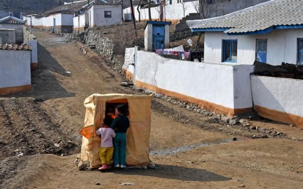 Un vendeur de rue dans un village rural