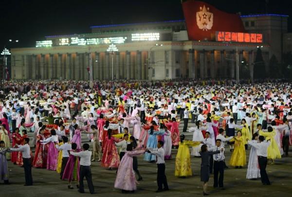 Des centaines de danseurs fêtent le 100eme anniversaire de la naissance de Kim-Il-Sung