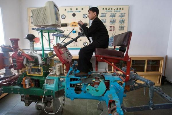 Un étudiant apprend à conduire un tracteur sur un simulateur surréaliste