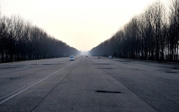 L'autoroute 8 voies de 160km qui relie Pyongyang et la frontière avec le sud est vide de tout véhicule