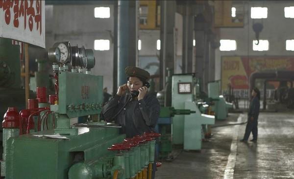 Une ouvrière à l'usine