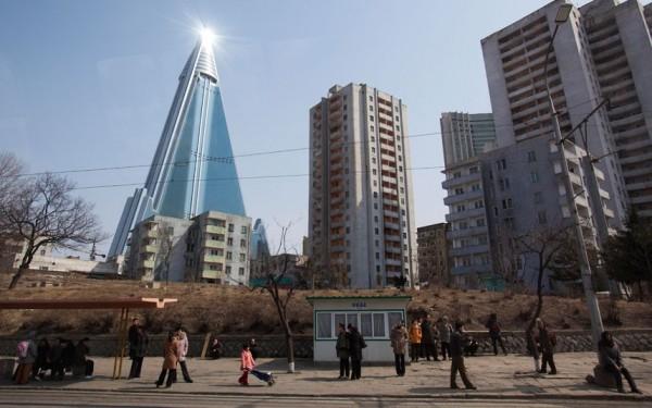 Le Ryugyong Hotel flambant neuf après avoir plusieurs décennies de construction et d'abandon