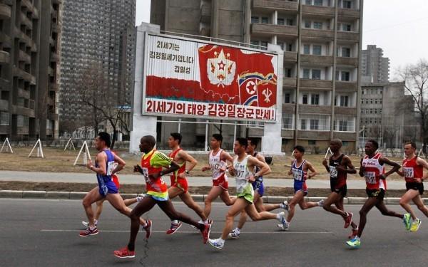 Le marathon de Pyongyang passe devant une affiche de propagande