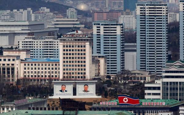 Les portrait geants de Kim-Il-Sung et Kim-Jung-Il sont partout
