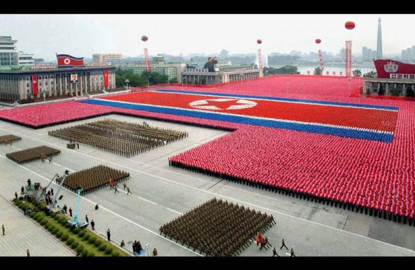 Des dizaines de milliers de nord-coréens célèbrent leur leader en reproduisant le drapeau