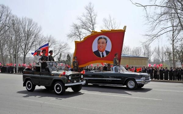 Les hauts gradées défilent pour célébrer les 100 ans de la naissance de Kim-Il-Sung