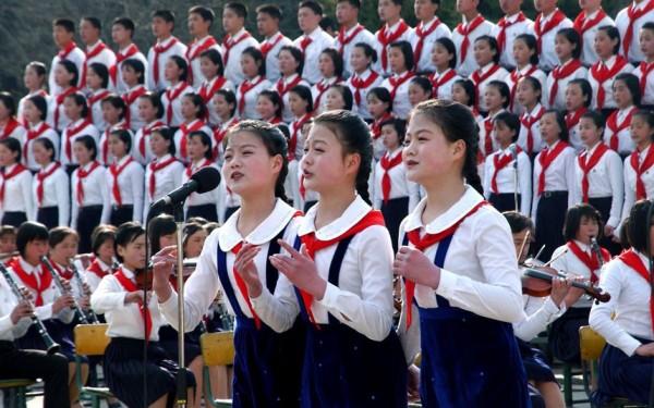 Des chorales d'enfants chantent lors des cérémonies