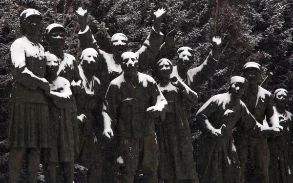 Statue enneigée rendant gloire aux travailleurs
