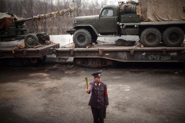 Un soldat observe le passage des trains transportant le matériel militaire (hors d'age)