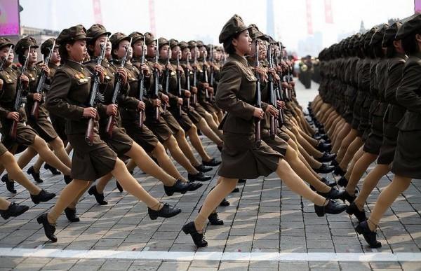 Les femmes soldats défilent sur un pas quasi-unique de nos jours