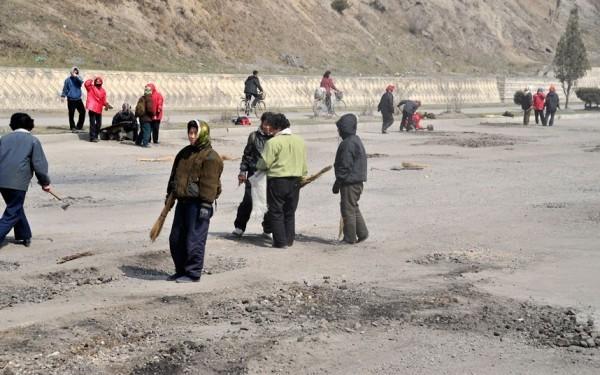 Les habitant tentent de réparer les routes avec des outils rudimentaires