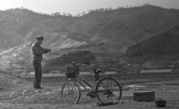Un paysan travaille sa terre