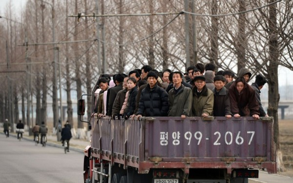 """un """"taxi collectif"""" pour les ouvriers se rendant à l'usine"""