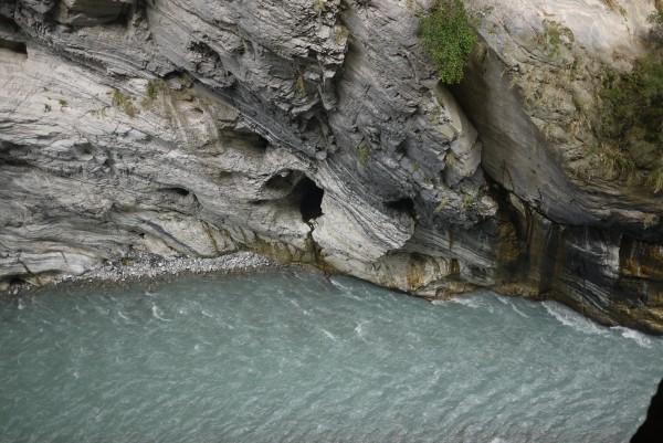 Grottes, torrents, falaise,jungle et... touristes chinois sont au programme!