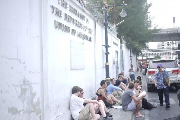 7h du matin, déjà du monde devant l'ambassade du Myanmar!