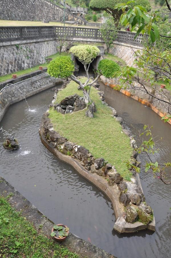 La fontaine dans le jardin du temple de Confucius. Voyez-vous une ressemblance avec la forme de l'île de Taiwan? Apparemment ce n'est pas fait exprès, et il n'y a que moi qui voit cette ressemblance! totale coïncidence...)