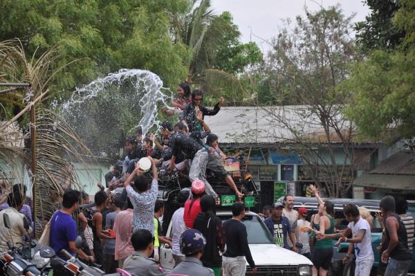 Le festival de l'eau prend tout son sens à Bagan!