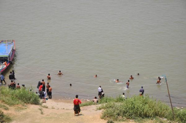 Pour les hommes (seulement) c'est l'heure du bain dans la rivière