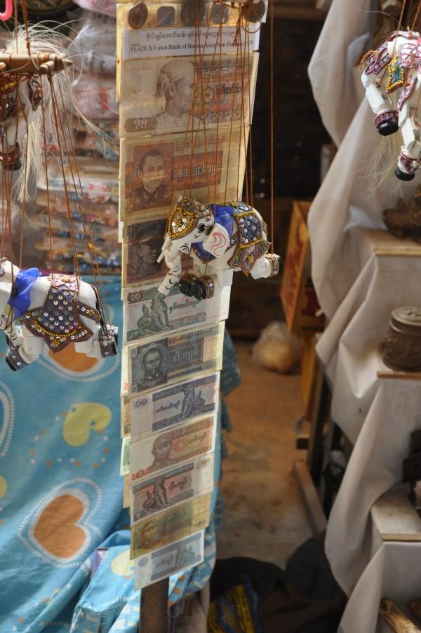 Les multiples billets Birmans, dont 90, 75, 45 ou encore 30 Kyats