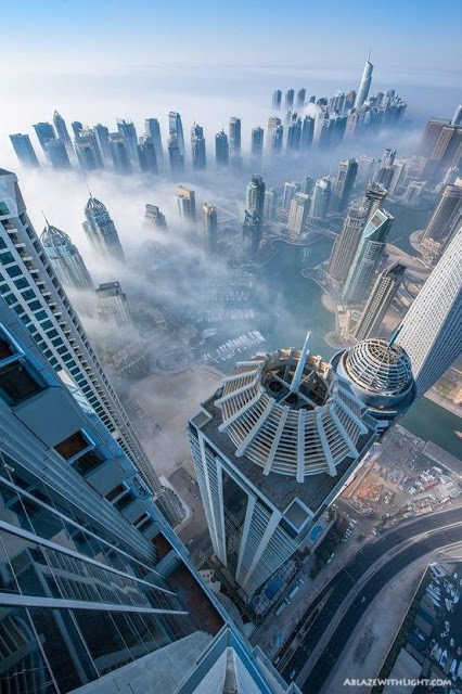 Les grattes-ciel de Dubai dans les nuages