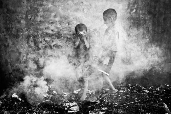 Enfants des rues à Chittagong, Inde