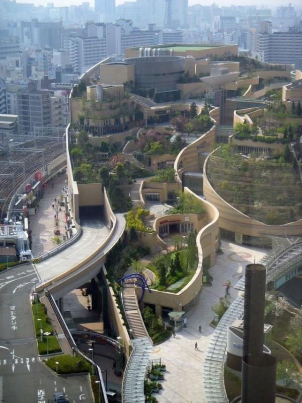 Le Namba Park à Osaka, qui renferme un centre commercial et un tunnel routier