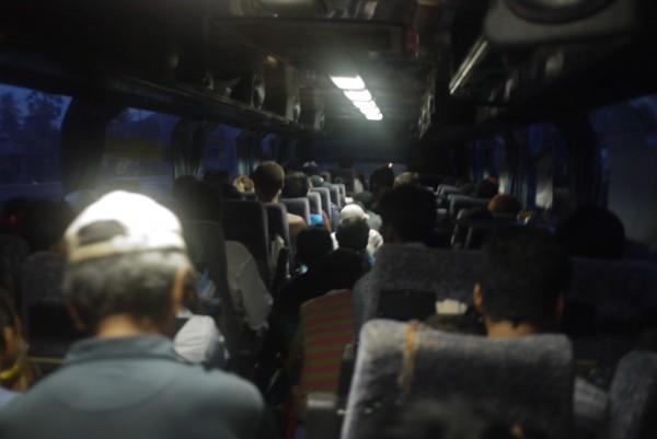Un bus bondé, un confort inexistant... bienvenu au Cambodge!