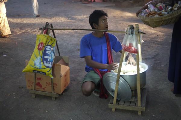 Un vendeur de brioches ambulant pendant la pause...