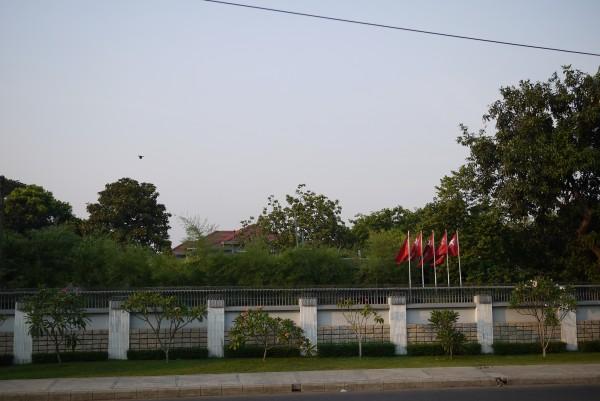 Depuis le mur, la résidence d'Aung San Suu Kyi, qui a également été sa prison pendant plus de 10 ans
