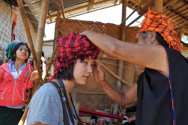 Jenny essaye le turban porté par les femmes de la tribu, ça rend pas mal!