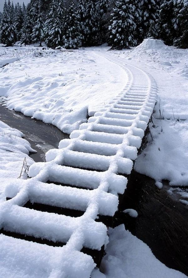 Chemin de fer sous la neige