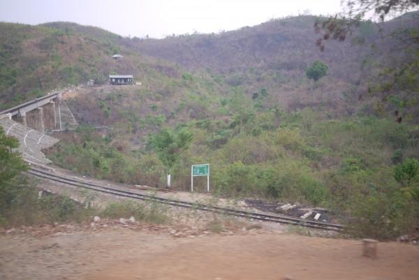 La ligne Kalaw-Inle Lake et au loin... une station! Si, si!