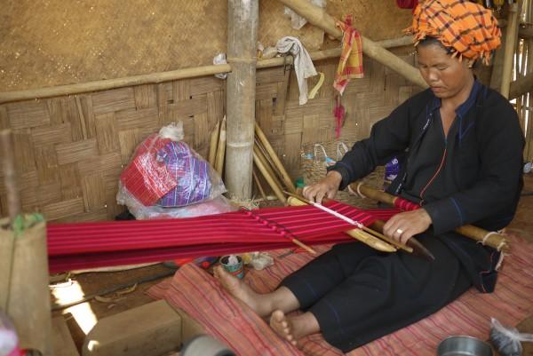 Le tissage manuel par les femmes de la tribu