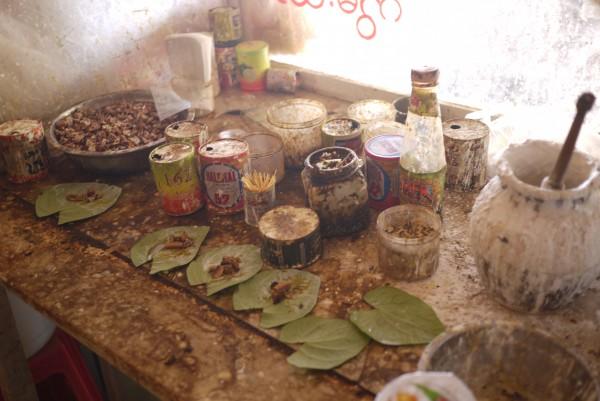 La préparation des feuilles de bétel, la drogue à mâcher!