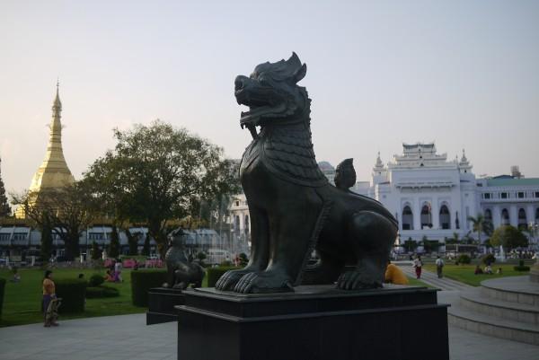 Le Sule Paya et la mairie, vues depuis le monument de l'indépendance