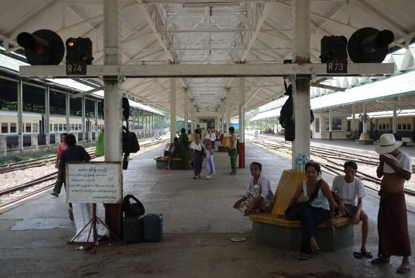 A la gare de Rangoon, en attendant notre train!