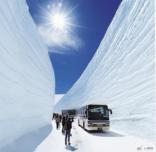 La route de montagne de Tateyama Kurobe, entouré de murs de neige de 30 mètres