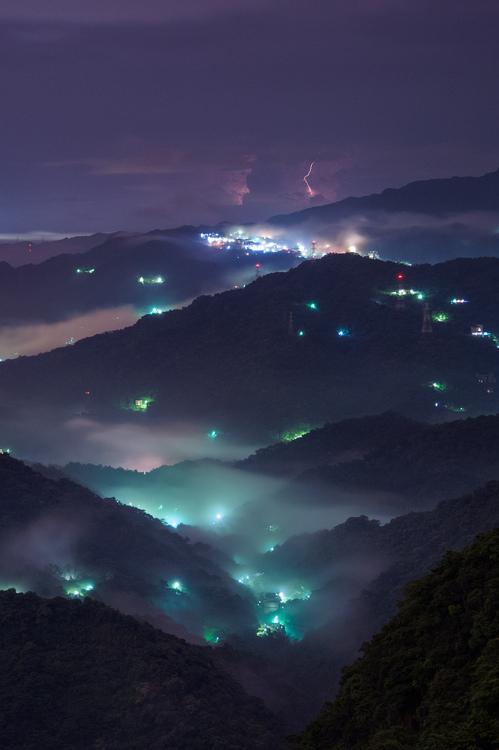 Les lumières parsemées au milieu des montagnes de Taiwan