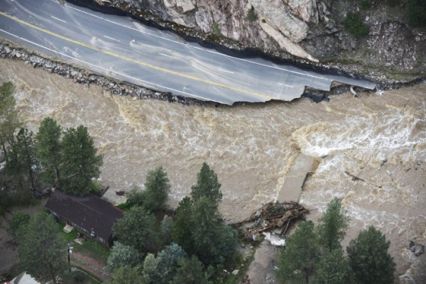Rivière en crue dans le Colorado, qui arrache la route