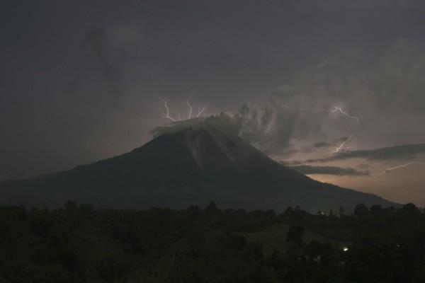 La foudre s'abat sur le mont Sinabung à Sumatra