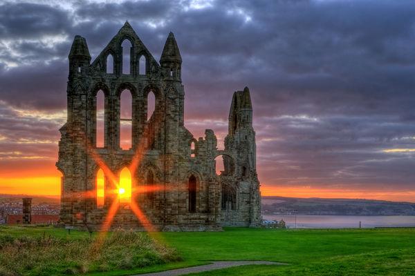 L'abbaye de Whitby en Angleterre, face au couché du soleil