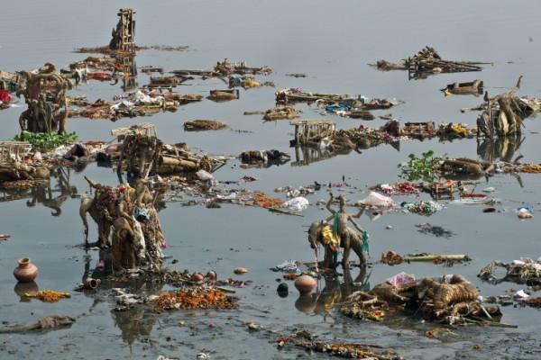 Les offrandes sur la rivière Yamuna en Inde