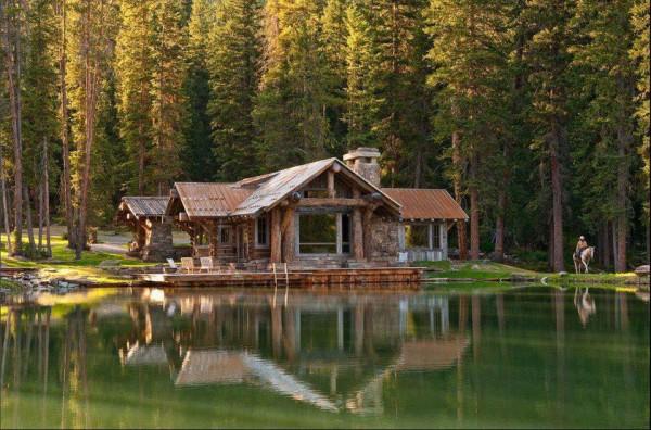 Cabane au bord d'un lac en foret