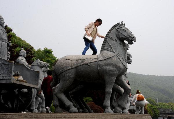 """Le touriste chinois ne comprend pas le panneau """"ne pas toucher""""..."""